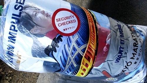 東京マラソン2016手荷物袋に普段着と土産を詰め込んだ袋。