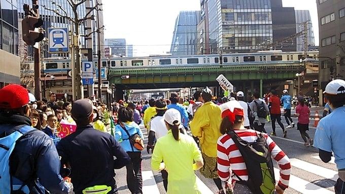東京マラソン2016築地・台場ガンダム・有明テニスの森を走るウォーリーを探せのキャラクター。
