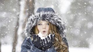 雨と寒さを防ぐノースフェイスのスワローテイル・ジャケットと帽子。