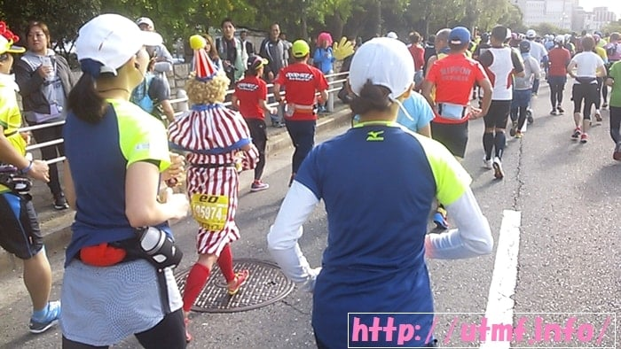 大阪マラソン2016サブ5目指して大阪城公園前から御堂筋を走る女性。