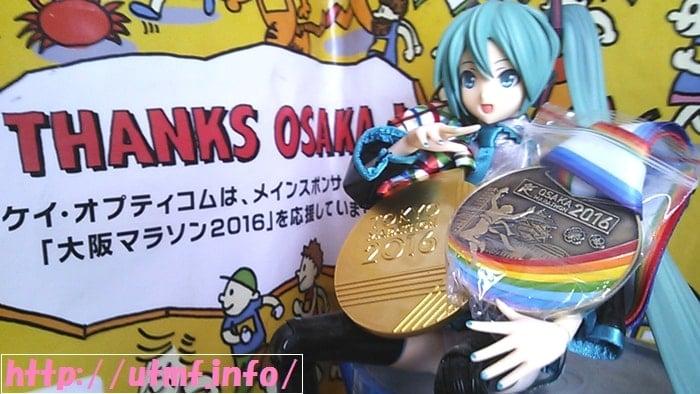 東京マラソンと大阪マラソン2016の完走メダルを持つ初音ミク。