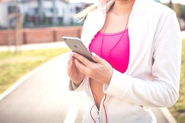 スマホ決済する為にアプリを入れるマラソン女性。
