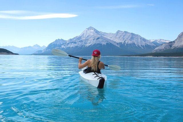 海をカヌーで進む美少女。
