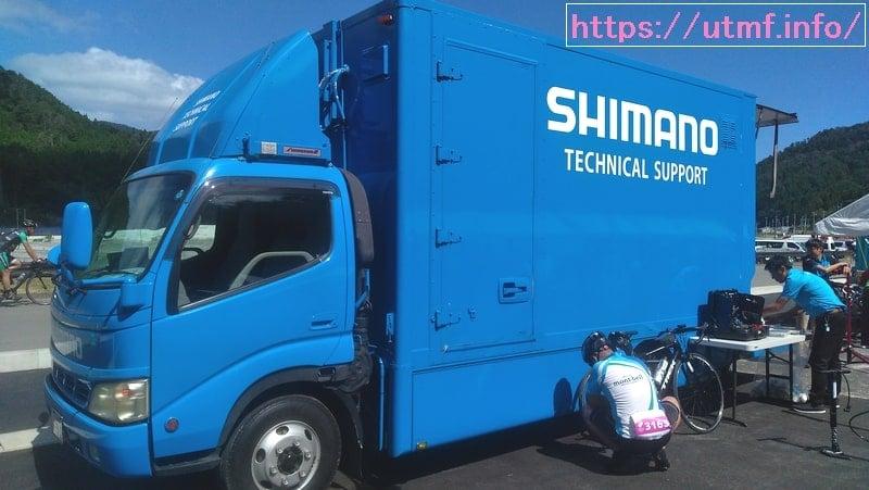 シマノのロードバイク・メカニックの乗った車。