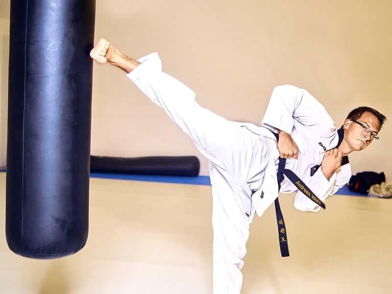 テコンドー道場入門から初段へ!多彩な蹴り技で女性の護身術に最適。