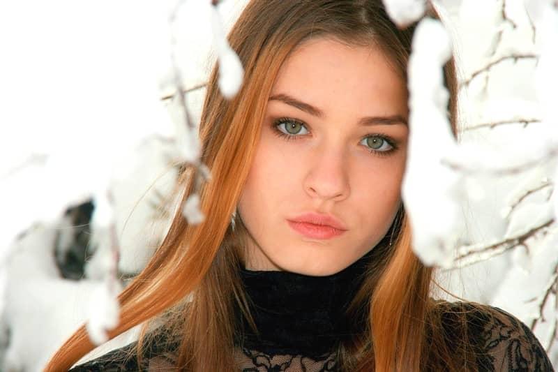 氷点下でも極寒の雪山を登る美女。